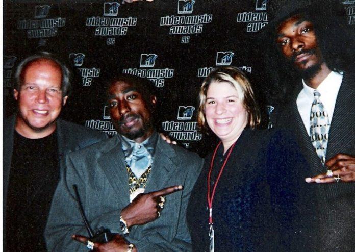 Rare Photo Of Tupac And Snoop Dogg At 1996 MTV VMA image